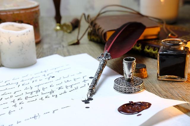 羽ペンと書きかけの手紙