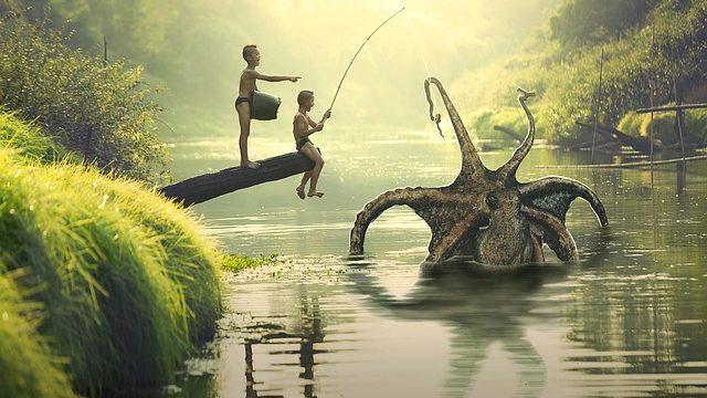 巨大だこを釣り上げた2人の少年
