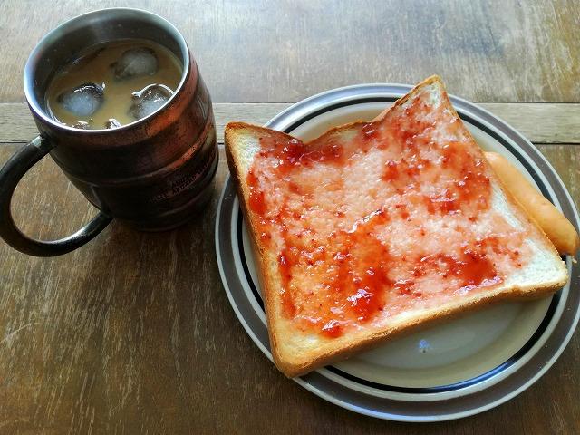 アイスコーヒーと食パン