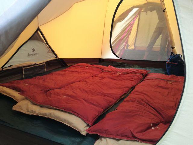 寝袋を敷いたテントの中
