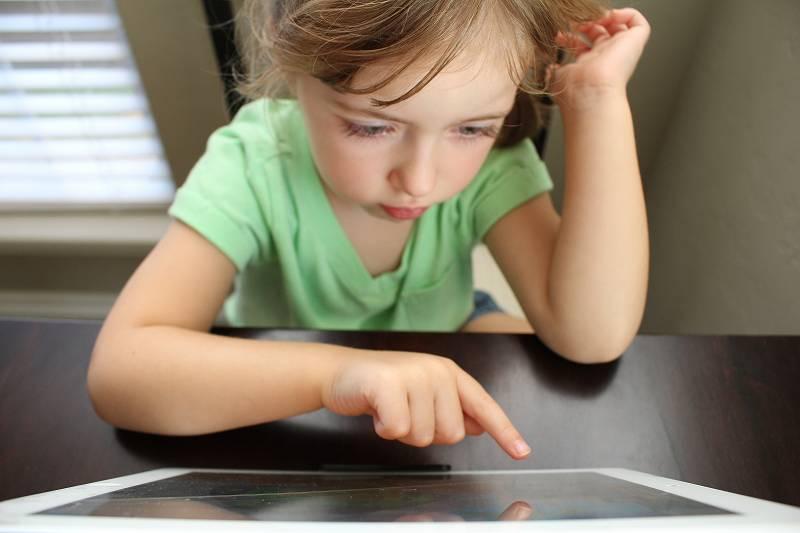 タブレットを操作する女の子