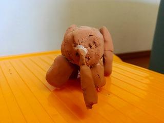 犬の紙粘土人形おしりから見たところ
