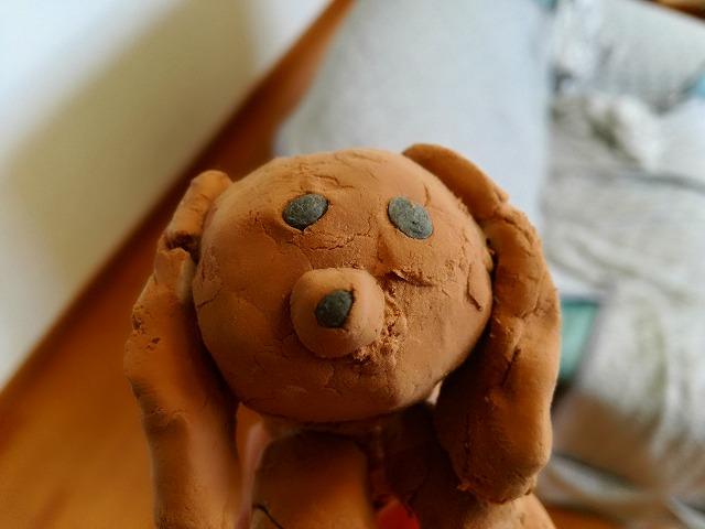 小学生が紙粘土で作った茶色の犬。