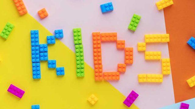 ブロックで作られたKIDSの文字
