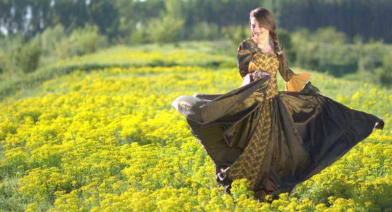 草原の中で舞う女性
