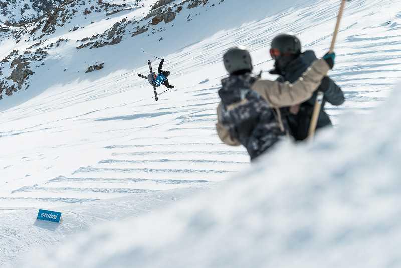 スキーで転ぶ人